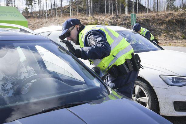 Koronakevät on SPJL:n kyselyn mukaan vähentänyt poliisin viikonloppujen kenttätyötä, mutta lisännyt kotihälytysten määrää. Kuvituskuva.