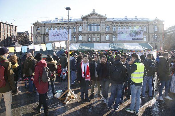 Turvapaikanhakijoiden mielenosoitusaluella oli päivän ja illan aikana satoja ihmisiä.