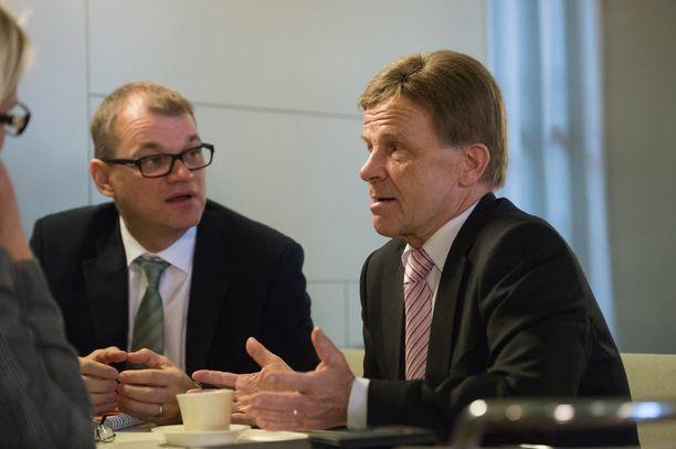Konservatiivinen siipi tavoitteli ministeriksi Mauri Pekkarista (oik.). Juha Sipilän tuki varmisti hänen oman ehdokkaansa Mika Lintilän valinnan.