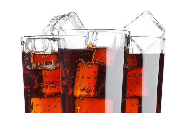 Kevytlimu voi olla laihduttajalle parempi vaihtoehto kuin täyssokerinen, mutta kevytlimun juomisessa voi olla riskinsä.