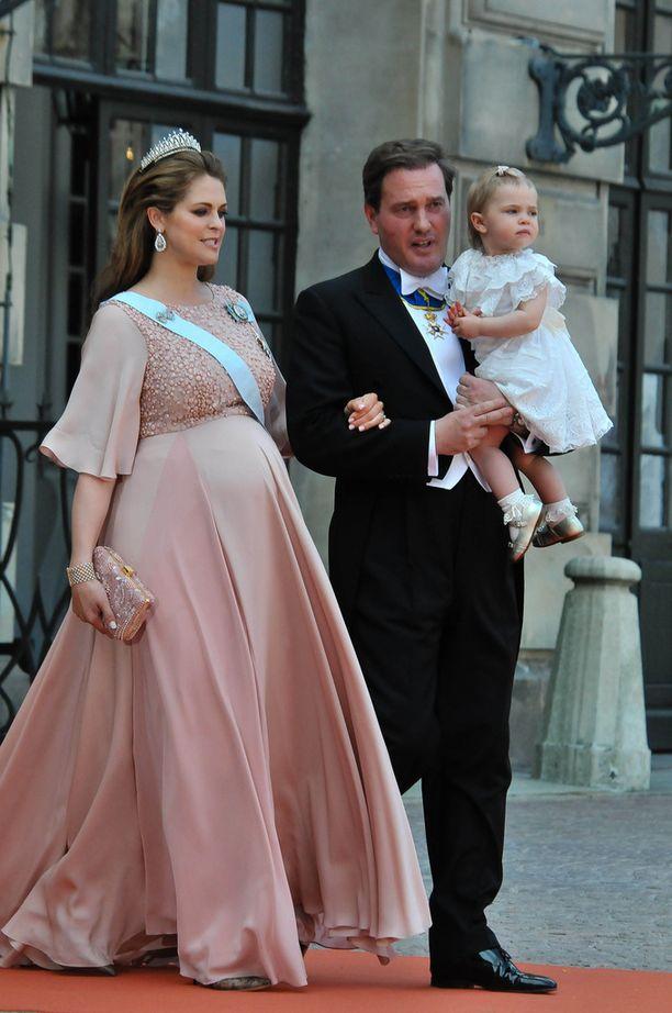 Prinsessa Madeleine odotti toista lastaan kesällä 2015. Chris-puolison sylissä Leonore.