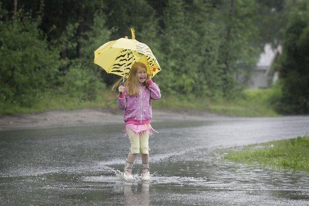 Sadekuuroja ja ukkostakin on luvassa tänään ja huomenna valtaosassa maata, sitten alkaa poutaantua ja lämmetä.