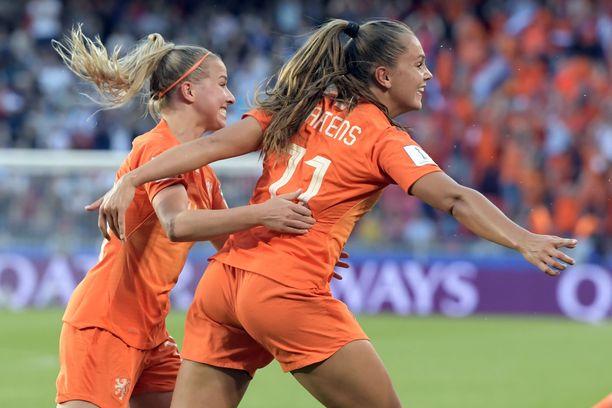 Lieke Martens (oikealla) johdatti Hollannin puolivälieriin iskemällä joukkueensa molemmat maalit 2–1-voitossa Japanista. Mukana juhlissa Jackie Groenen.