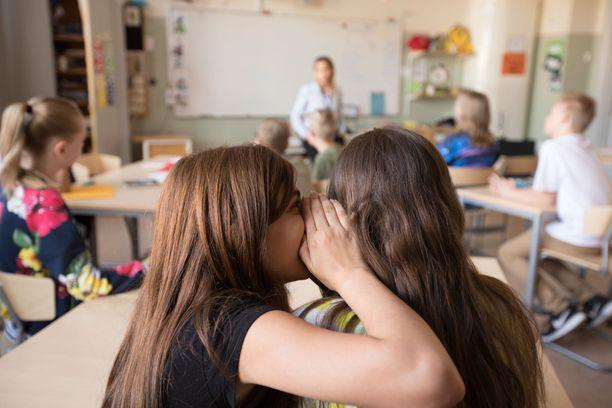 Erityisopettaja Anne Karttusen mukaan opettajien lisäksi oppilaat väsyvät ja uupuvat rauhattomaan ilmapiiriin luokassa. Kuvituskuva.