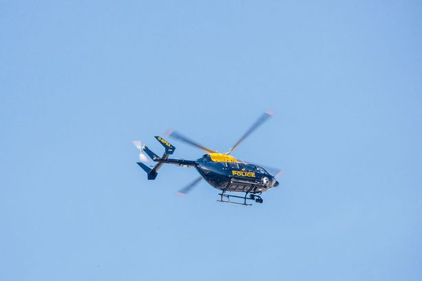Poliisi kuvasi yksityisalueillaan alastomina oleskelleita ihmisiä 300 metrin korkeudesta poliisihelikopterista.