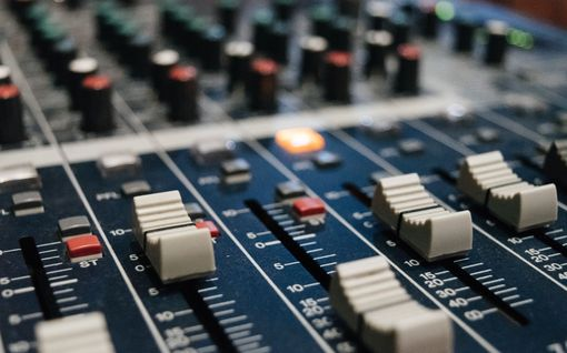 Miten uusi radiokanava nosti vuorokaudessa somekohun, mihin sotkettiin huippumuusikot ja perussuomalaiset?