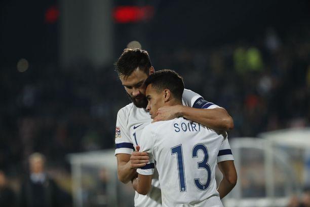 Kapteeni Tim Sparv kiitteli Pyry Soiria 1-0-maalin jälkeen.