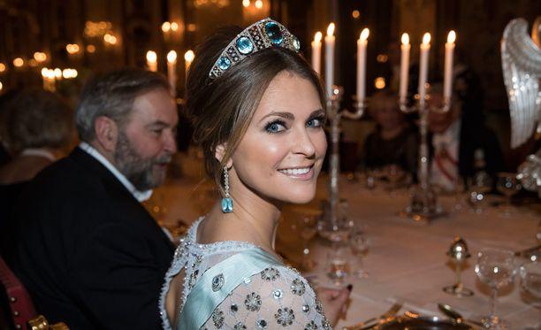 Madeleine edusti näyttävänä juhlissa.