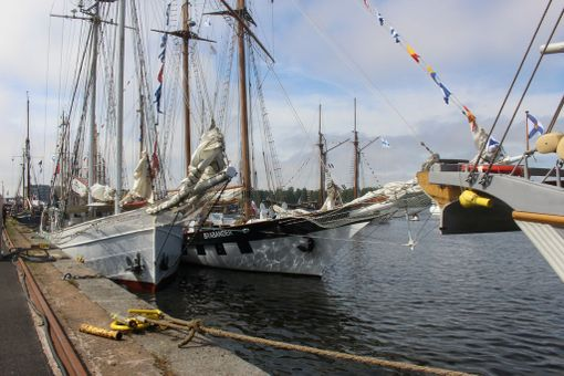 Pienemmät alukset on ankkuroitu laituriin vierekkäin.