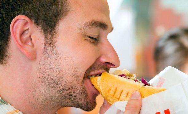 Krapulainen olo ja suoliston bakteerikannan vaurioituminen yllättivät pikaruokakuurilla olleen miehen.