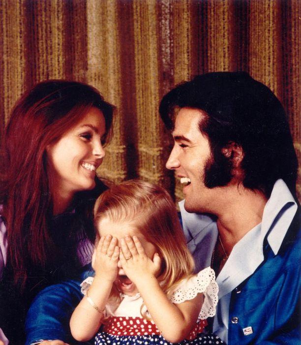 Priscilla Presley oli vain 14-vuotias tavatessaan Elviksen. Pariskunta avioitui Priscillan ollessa 21, Elviksen 32.