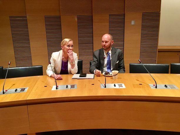 Sampo Terho keskusteli Hanna Mäntylän kanssa torstaina ennen Uusi vaihtoehto -ryhmän ensimmäisen virallisen ryhmäkokouksen alkamista. Myös ex-ministeri Mäntylä loikkasi perussuomalaisista uuteen ryhmään.