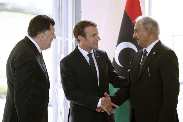 Ranskan presidentti Emmanuel Macron paiskasi kaksi vuotta sitten kättä Khalifa Haftarin kanssa pääministeri Fayez al-Sarrajin seuraillessa vieressä.