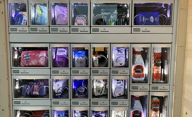 Myynnissä on muun muassa kahvin ja elintarvikkeiden lisäksi autonhoitotuotteita sekä hygieniatuotteita.