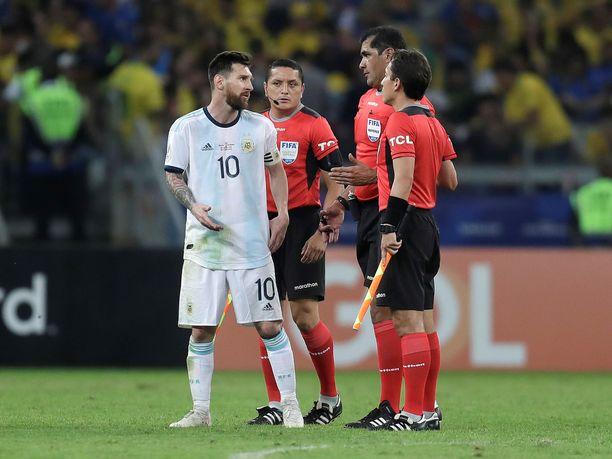 Lionel Messi hakeutui kamppailun aikana keskusteluun tuomariston kanssa.