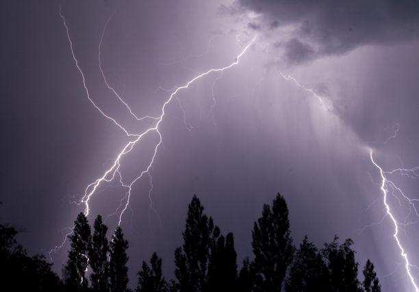 Suomeen saapuu tiistaina matalapainealue, joka tuo tullessaan rankkasateita, kovia tuulia ja ukkosta.