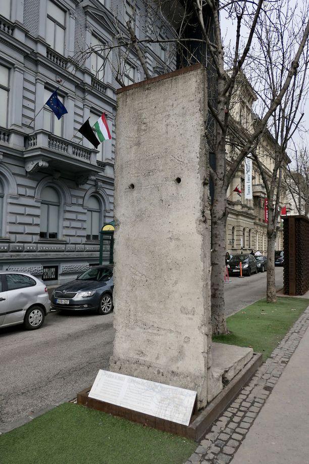 Keskellä Budapestia seisoo pala Berliinin muuria muistuttamassa Itä-Euroopan yksipuoluejärjestelmän kauhuista. Maan nykyisen hallinnon kriitikkojen mukaan Unkari on jälleen valumassa kohti yhden puolueen diktatuuria.