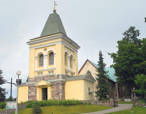 VIILEÄ TUNNELMA Kuumana kesäpäivänä kirkosta voi löytää viileää rauhaa – ihan fyysisestikin. Kuvassa Kirkkonummen kirkko.