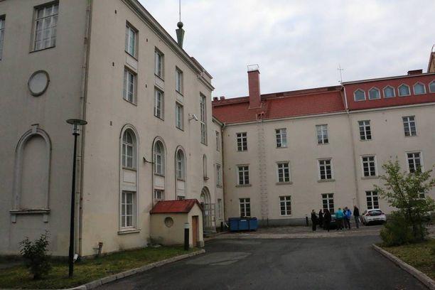 Tornion järjestelykeskus on vanhassa lukiorakennuksessa kaupungin keskustassa. Rajalle on pari sataa metriä.