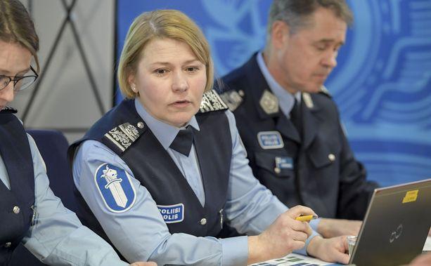 Poliisijohtaja Sanna Heikinheimo (kesk.) sanoo, että poliisi seuraa virkamiestensä voimankäyttöä tarkasti.