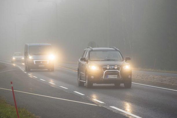 Jää kimmeltää auton valoissa., kun kosteus jäätyy.