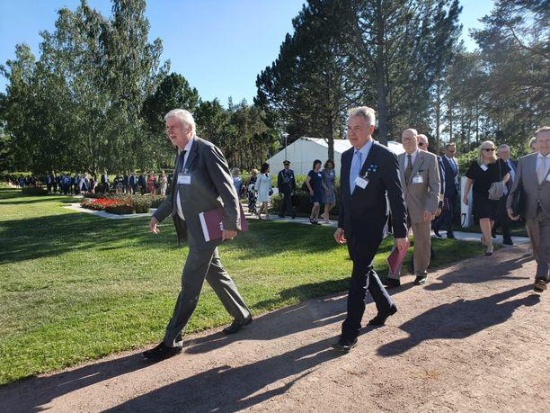 Kansanedustaja Erkki Tuomioja ja ulkoministeri Pekka Haavisto saapuivat Kultarannan tiluksilla sijaitsevalle tapahtumapaikalle reipasta tahtia.
