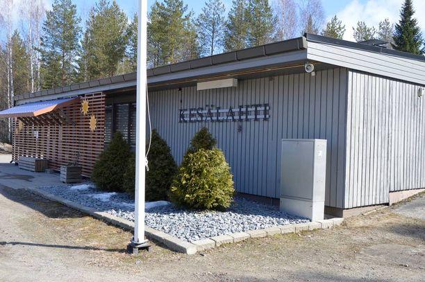 Kaksi 15-vuotiasta tyttöä jäi matkustajajunan alle sunnuntaina alkuillasta Kiteen Kesälahdella Pohjois-Karjalassa.