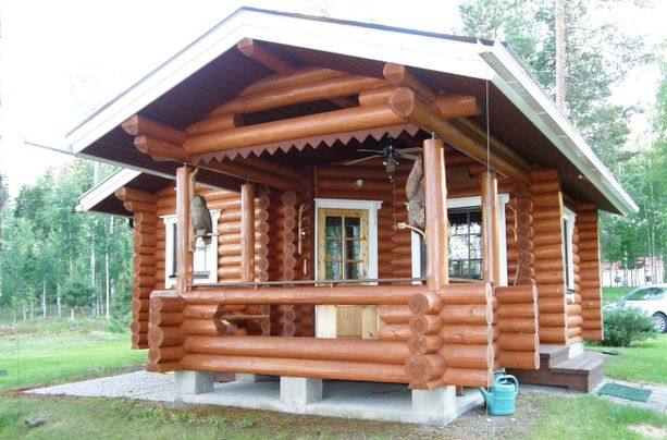 2000-luvun alussa valmistunut hirsirantasauna on tehty oman metsän puista.
