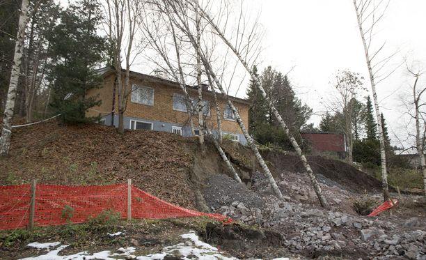 Espoon Nöykkiössä sijaitsevan talon asukkaat on evakuoitu maanvyörymän takia.