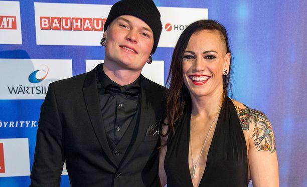 Niklas Räsänen ja Eva Wahlström juhlistivat yksivuotishääpäiväänsä.