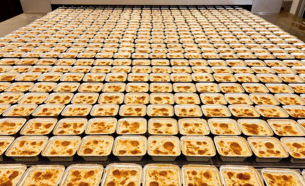 Lihamakaronilaatikot tulevat uunista Saarioisten Sahalahden tehtaalla.