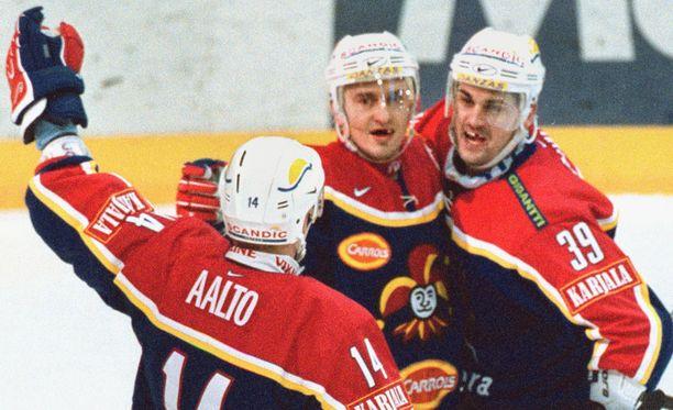 Frank Banham (oikealla) voitti Ville Peltosen ja Antti Aallon kanssa Suomen mestaruuden Jokereissa 2002.