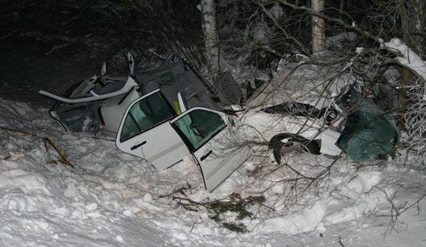 Puuhun törmännyt onnettomuusauto romuttui täysin.
