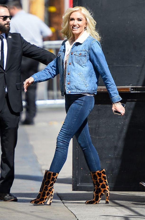 Gwen Stefani yhdisti ennakkoluulottomasti kahta erisävyistä denimiä. Tyylin kruunasivat näyttävät leobuutsit.