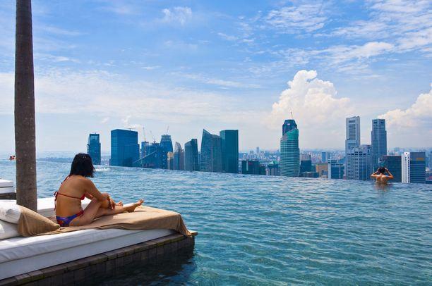 Singapore Marina Bay Sands -hotellin kattouima-altaalta nähtynä.