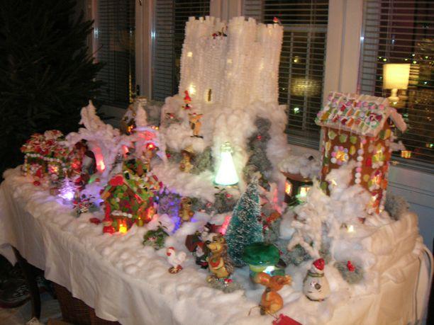 Joulumaailma rakentuu joka vuosi vanhan keittiön pöydän päälle ja joka vuosi pitää tehdä erilainen juttu. Lastenlasten ilmeet ovat se palkinto, miksi sitä viitsii rakentaa joulumaan joka vuosi. Tässä vuoden 2010 kuvassa joulumaan kruunaa takana keskellä oleva linna, jonka rakentamiseen kului 8kg palasokeria ja jokunen liimapurkki.