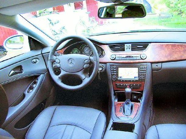 Ohjaamossa maistuu nyky-Mercedeksen runsas tyyli.