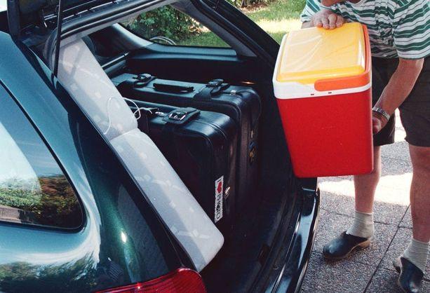 Kylmälaukku pitää sijoittaa tavaratilaan, jos sitä ei saa turvavöillä kiinni istuimeen.