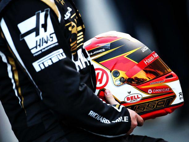 Haasin Kevin Magnussen on yksi Uffe Tägtströmin F1-asiakkaista. Tägtström joutui vääntämään Magnussenin tämän kauden kypärästä ja sai lopulta tahtonsa läpi. Kypärän sivulla olevan valkoisen k-kirjaimen reunat ovat nyt Tägtströmin toiveiden mukaan kultaiset.