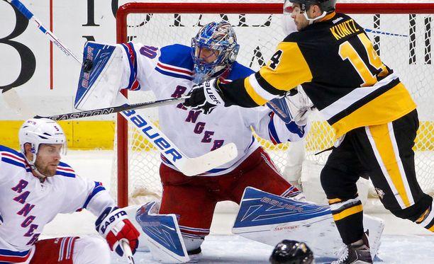 Henrik Lundqvist esti Penguinsin hyökkääjien yritykset.
