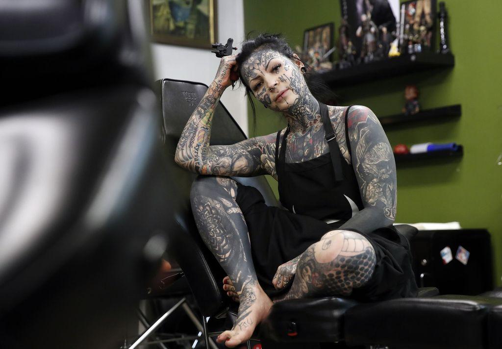 Aleksandra Säävälä tietää, miltä tatuointipenkissä tuntuu. Neulan alla saattaa kulua kuusikin tuntia kerralla.
