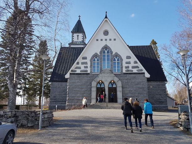 Hirvensalmella on noin 2200 asukasta. Kirkkoon saapui lähes 200 hiljentyjää.