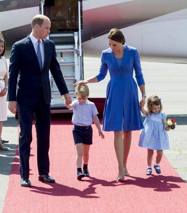 Prinssi Williamilla ja herttuatar Catherinella on kolme lasta. Valokuvasta puuttuu keväällä syntynyt prinssi Louis.