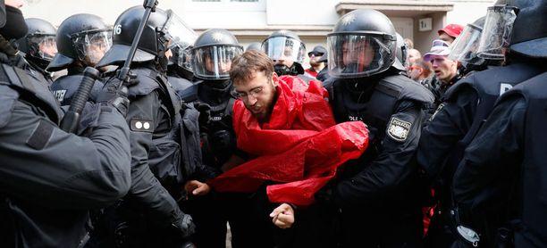 Mielenosoitukset äityivät väkivaltaisiksi.