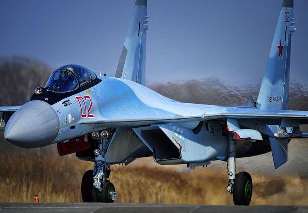 Kuvassa Sukhoi-35C -hävittäjä laskeutuu Venäjän itäisen sotilaspiirin alueella. Samanlaisia koneita Venäjä tuo myös Karjalan tasavaltaan.