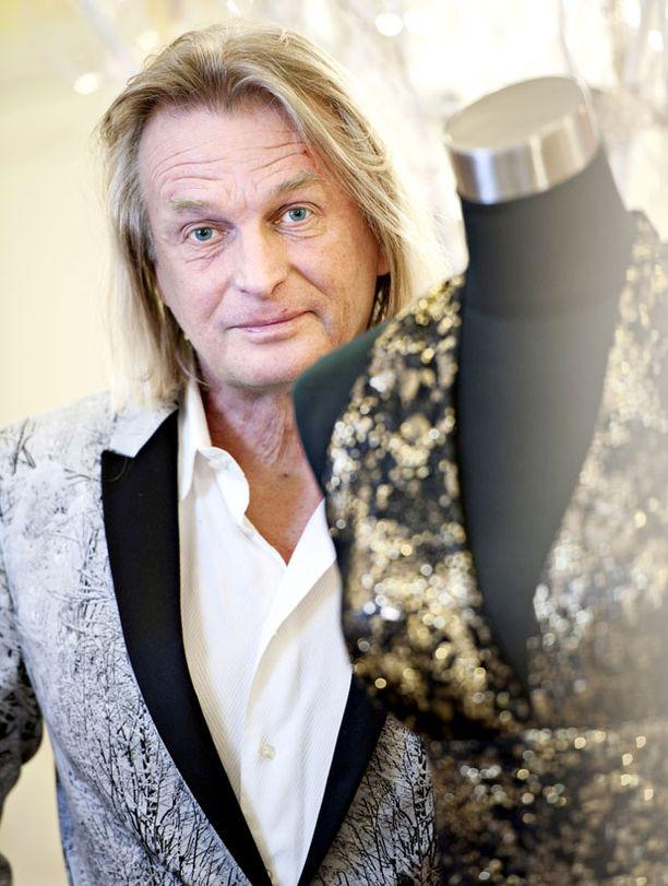 Jukka Rintala pitää materiaali- ja mallistoskaalansa laajana dramaattisesta hempeämpään linjaan.
