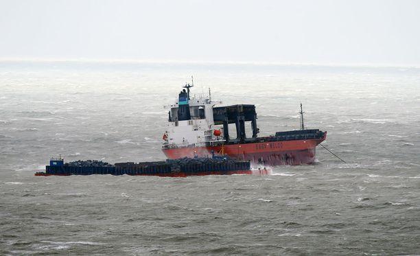 Rahtilaiva törmäsi proomuun Englannin kanaalissa myrskysäässä. Alukselta evakuoitiin 23 henkeä.