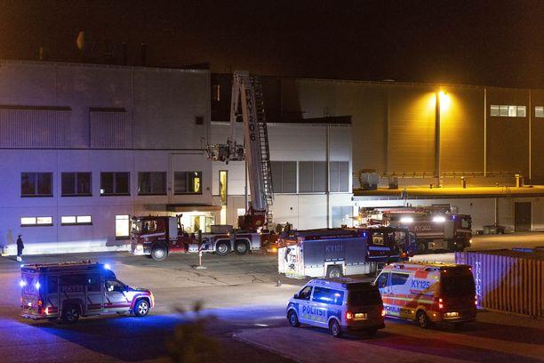 Öisiin sammutustöihin osallistui yksiköitä yhteensä kuudelta paloasemalta.