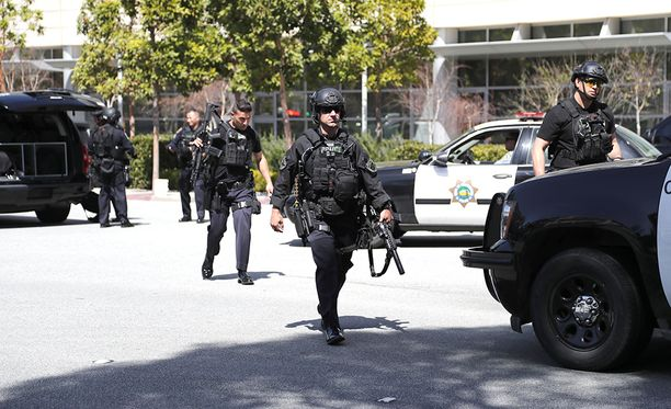 Paikalla YouTuben pääkonttorilla oli runsaasti raskaasti varustautuneita poliisin yksiköitä.