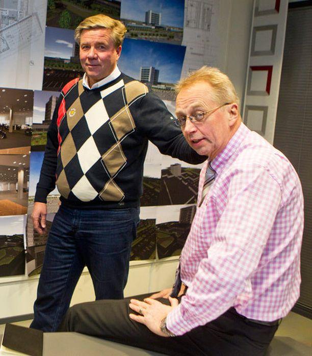 Markku Ritaluoma (vas.) ja Esko Kiesi ovat Sunny Car Centerin puuhamiehinä.